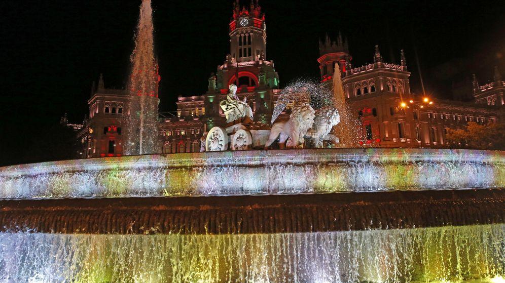 Foto: Foto de archivo del Ayuntamiento de Madrid y la plaza de Cibeles con iluminación navideña. (EFE)