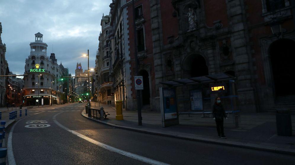 Foto: Una mujer espera al autobús en la calle Alcalá durante la epidemia (Susana Vera / Reuters)