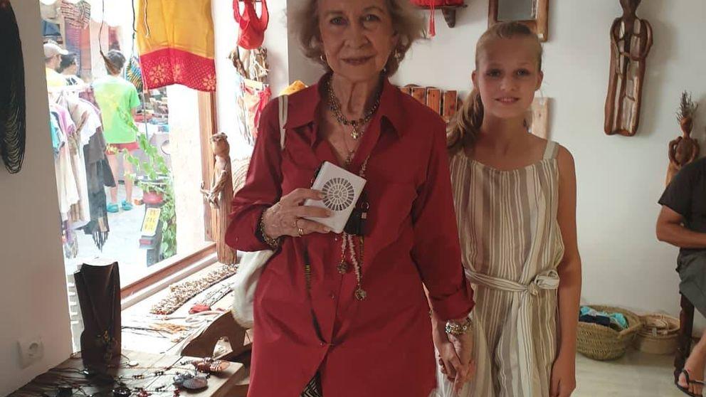 Letizia, sus hijas y la reina Sofía: las imágenes de compras en el mercadillo