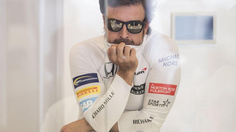 Ponte las gafas, que irá bien: Alonso reparte amuletos. Falta hacen