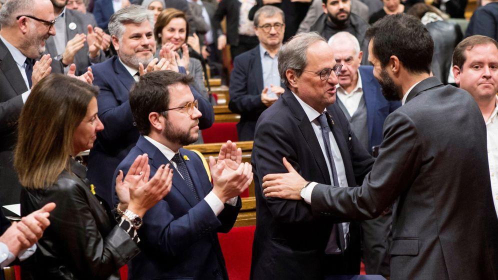 Foto: El presidente del Parlament, Roger Torrent (d), felicita al presidente de la Generalitat, Quim Torra (2d), tras el pleno extraordinario del pasado 4 de enero. (EFE)