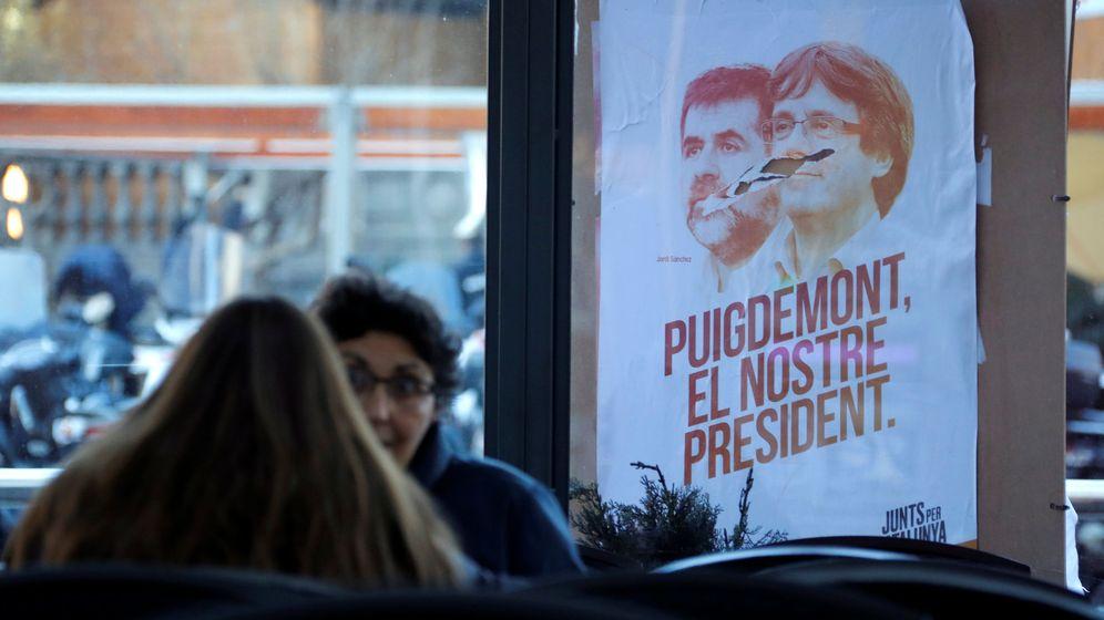 Foto: Un cartel de Junts Per Catalunya con Jordi Sànchez y Carles Puigdemont en las pasadas elecciones. (Reuters)