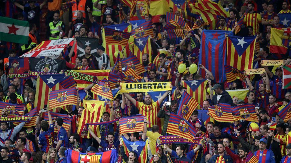 Foto: La grada de aficionados del Barcelona mientras sonaba el himno español en el Metropolitano. (Reuters)