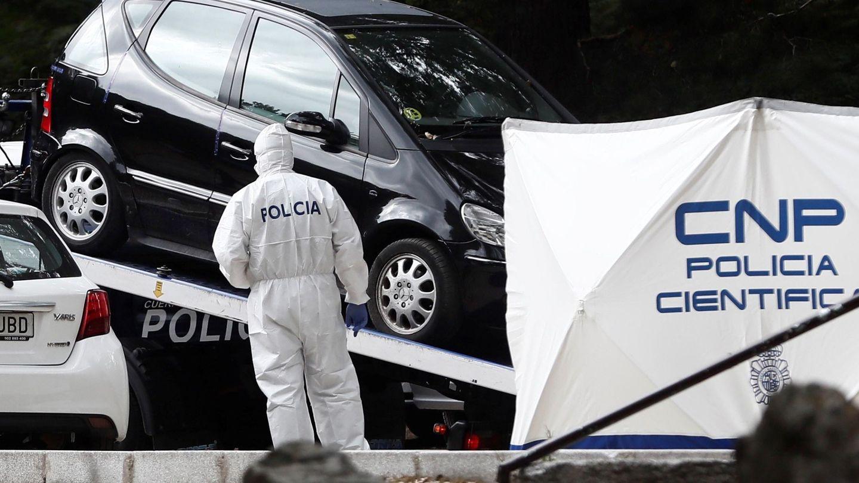 La Policía insepcciona el coche de Blanca Fernández Ochoa. (Efe)