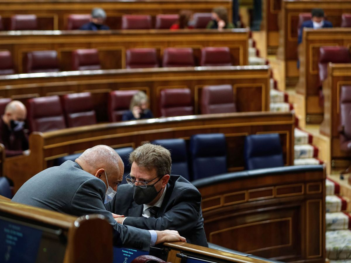 Foto: El portavoz del PDeCAT, Ferran Bel (d), conversa con el portavoz adjunto del PSOE, Rafael Simancas, durante un pleno del Congreso. (EFE)