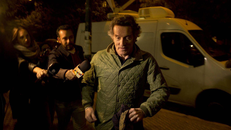 Alfonso Diez, entrando en el hospital sevillano donde estaba ingresada Cayetana de Alba. (Getty)