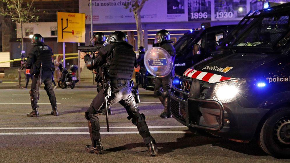 Foto: Mossos d'Esquadra dispersan a los miles de personas concentradas ante la Jefatura de la Policía Nacional de la Via Laietana de Barcelona. (EFE)