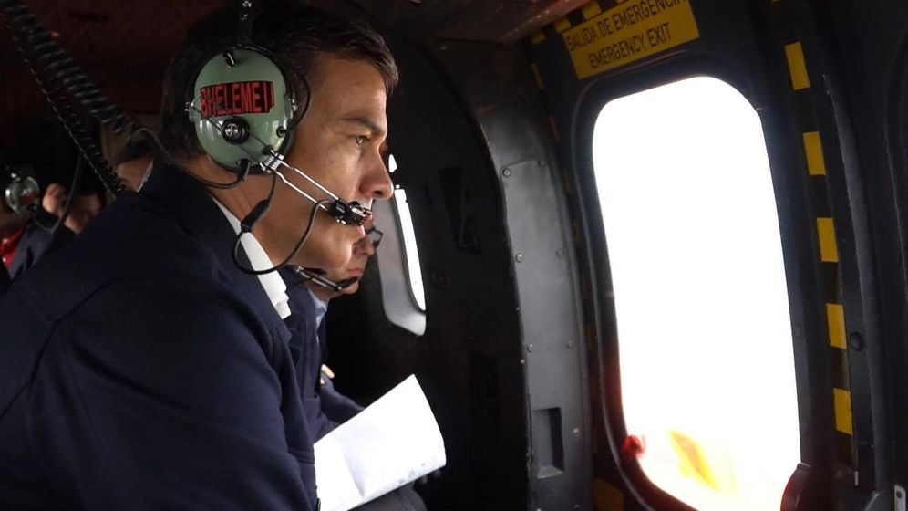 Foto: Pedro Sánchez en helicóptero hacia Orihuela para observar el alcance de las inundaciones y los estragos que causó un temporal el pasado año. (EFE)