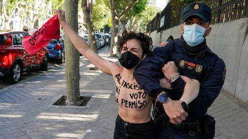 La Policía dispersa a activistas de Femen cerca del colegio donde vota Monasterio (Vox)