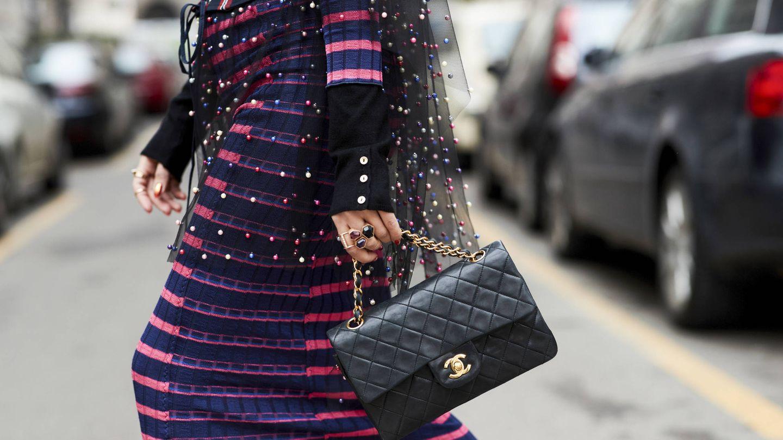 Un bolso siempre es una buena inversión a largo plazo y más si es uno como este, el clásico 2.55 de Chanel. (Imaxtree)