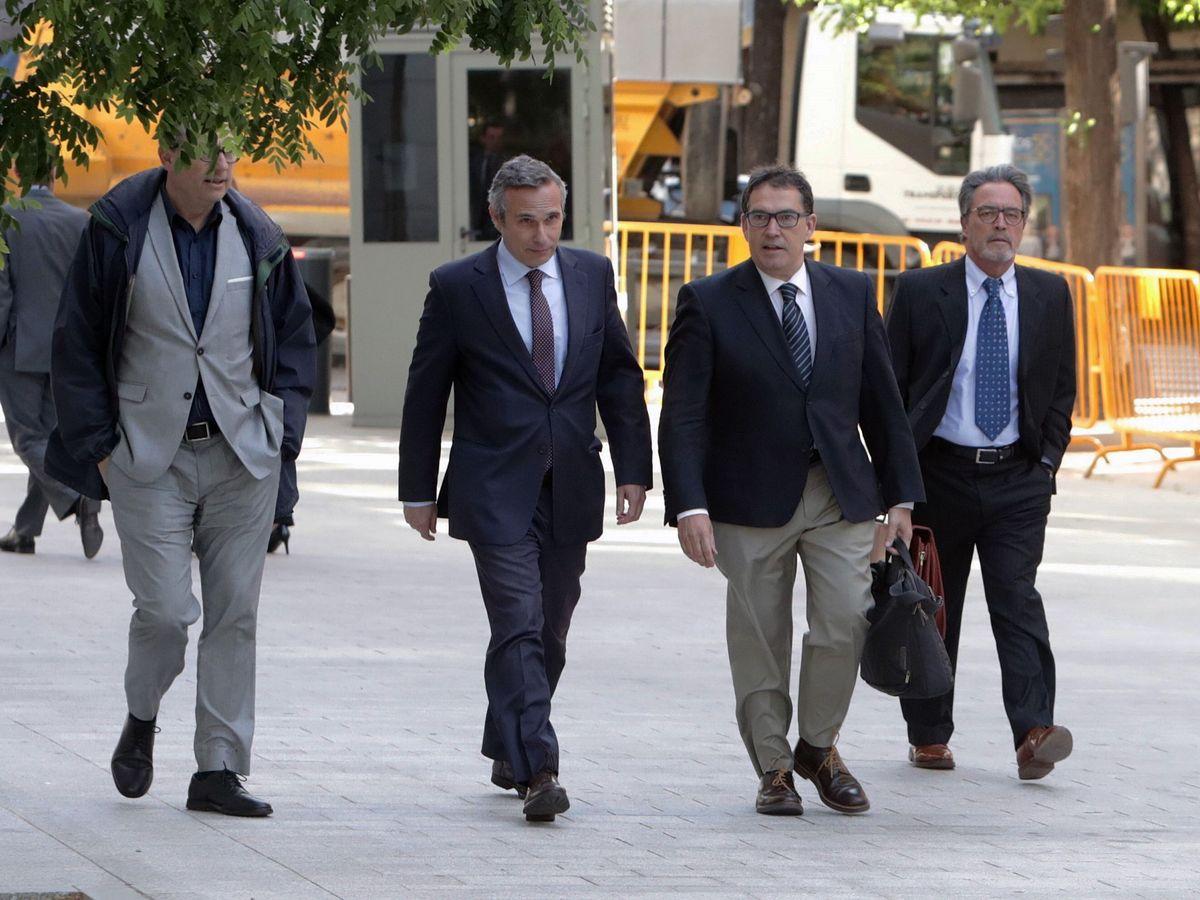 Foto: El historiador Josep Lluis Alay (2i), a su llega a la Audiencia Nacional en 2018. (EFE)