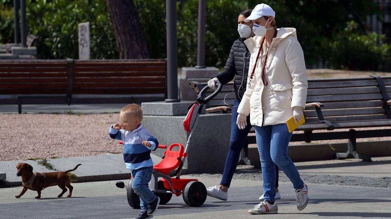 María Zurita, con su hijo Carlos y su perrita Zeta. (Cordon Press)