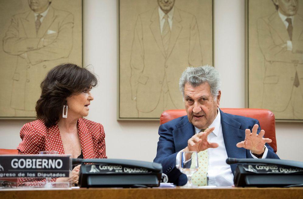 Foto: La vicepresidenta, Carmen Calvo, junto con el presidente de la Comisión Constitucional del Congreso, Jesús Posada, este 3 de julio. (EFE)