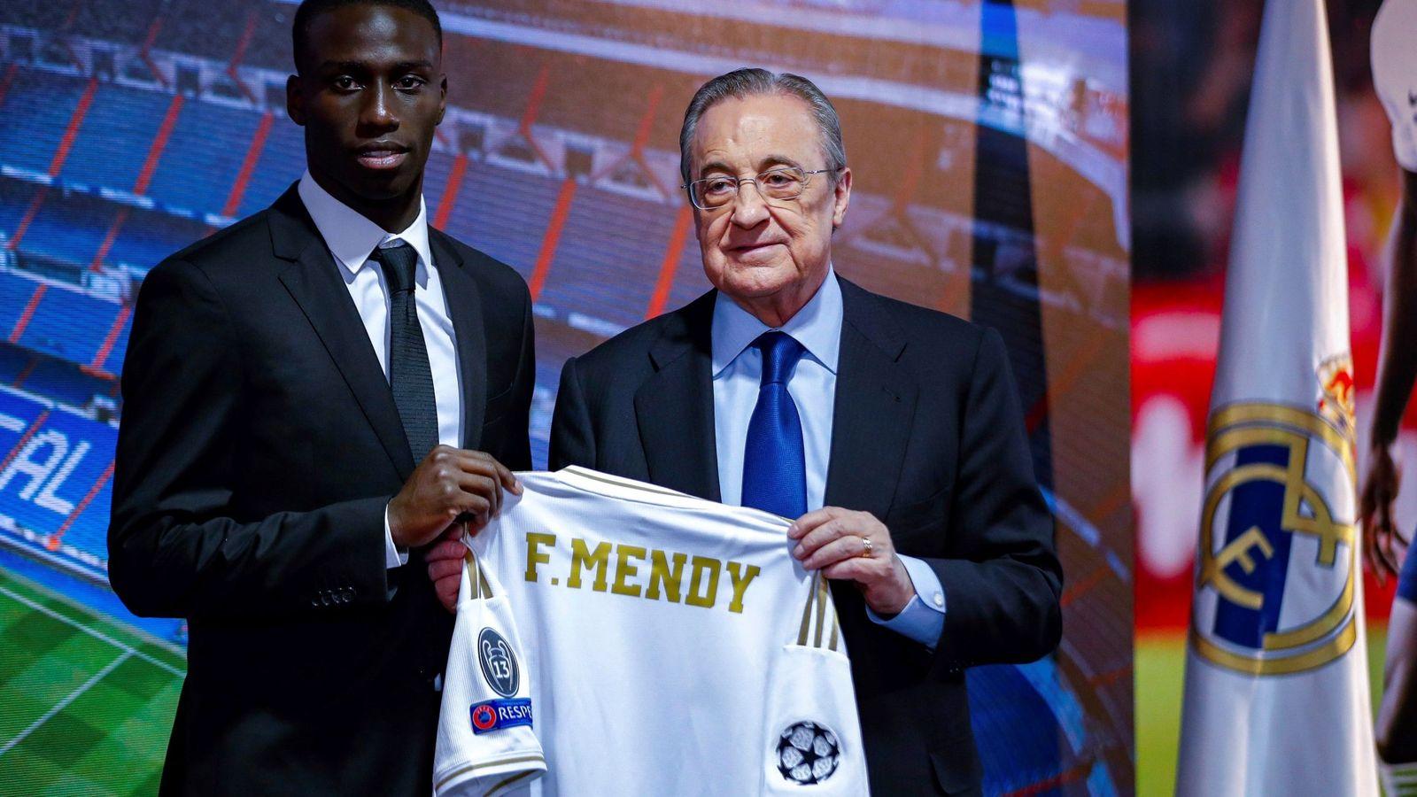 Foto: Ferland Mendy posa con la camiseta del Real Madrid junto a Florentino Pérez durante la presentación del francés. (Efe)