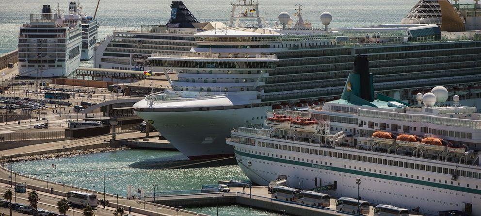 Foto: Cinco cruceros coinciden en el Puerto de Málaga. (Efe)