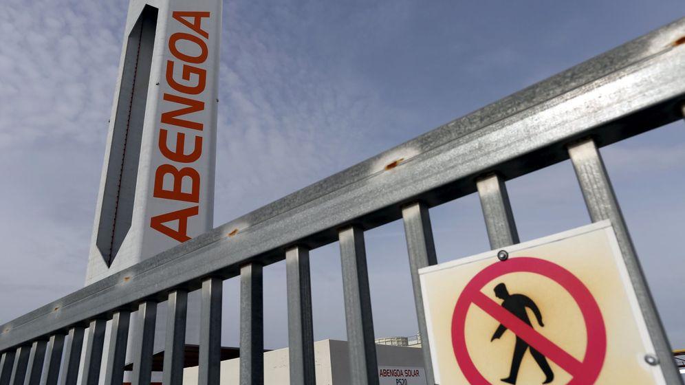 Foto: Torre de una planta solar de Abengoa cerca de Sevilla. (Reuters)