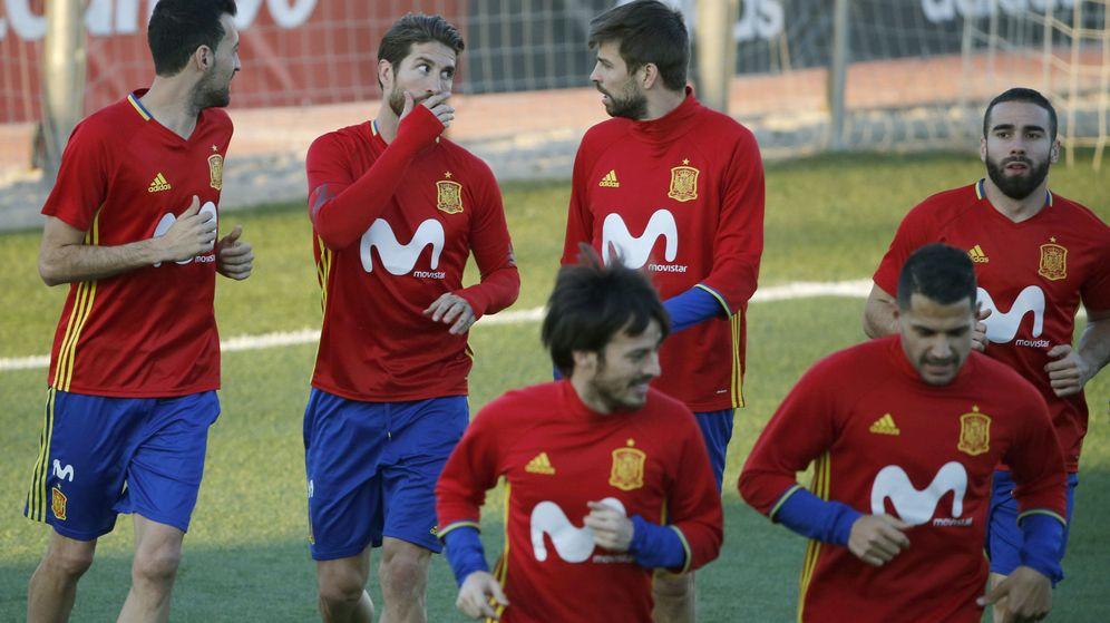 Foto: Busquets, Ramos y Piqué hablan en un entrenamiento. (EFE)