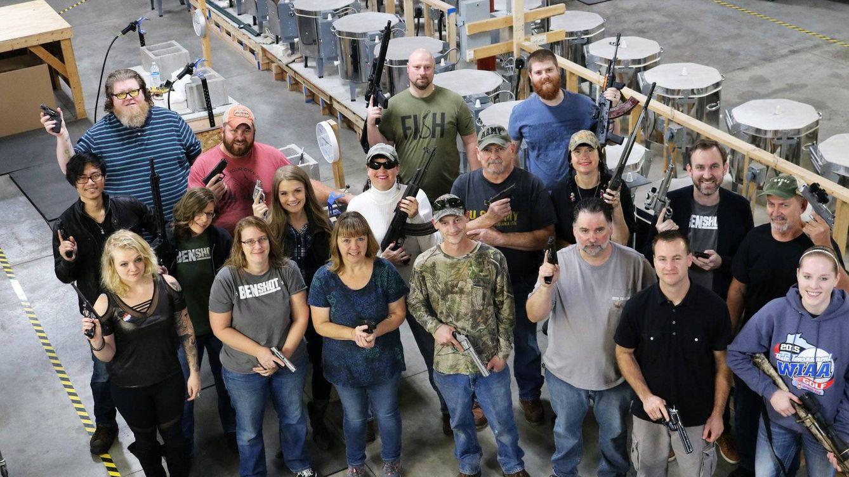 De regalo de Navidad, un arma de fuego: este es el 'bonus' de una empresa de EEUU