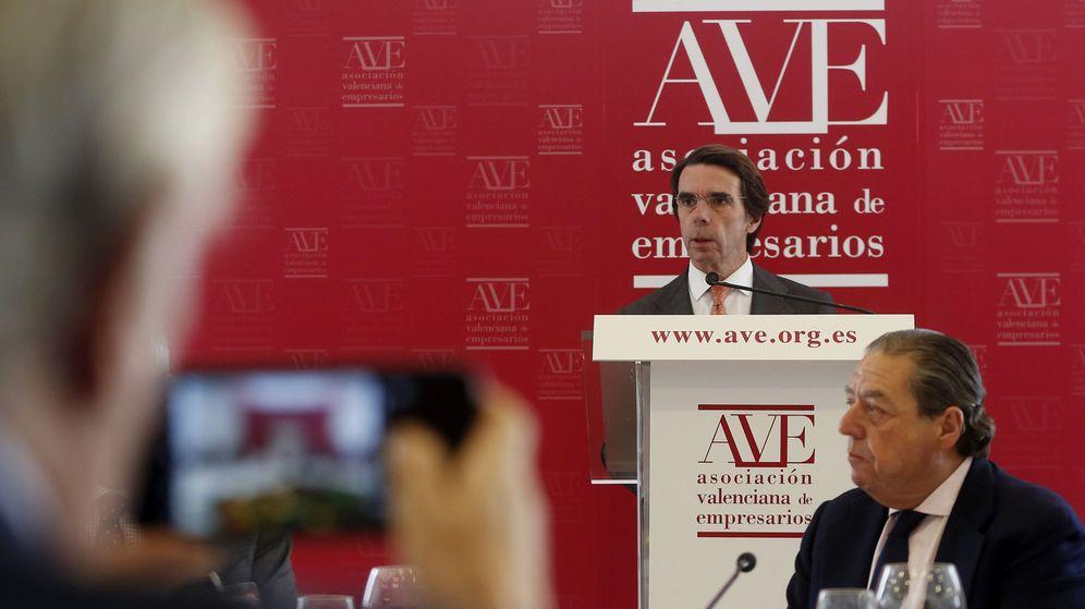Foto: Aznar, detrás de Vicente Boluda, en su intervención en el pleno de la Asociación Valenciana de Empresarios. (EFE)
