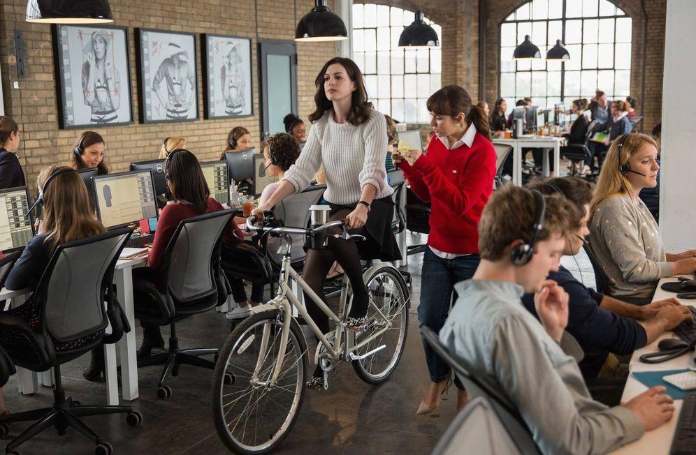 Foto: Con gadgets la oficina sabe mejor. (Fotograma de 'El becario')