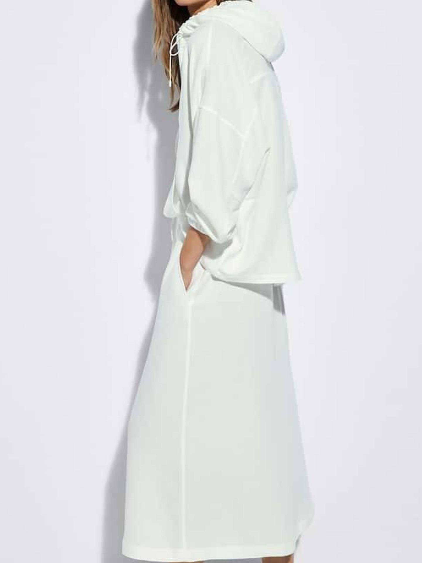 Falda blanca de Massimo Dutti. (Cortesía)