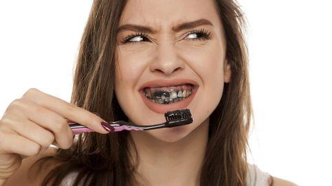 La pasta de dientes de carbón no blanquea y puede provocar caries