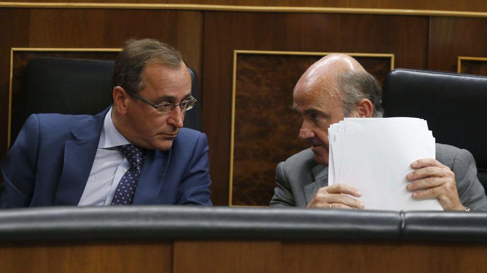 Foto: El ministro de Economía, Luis de Guindos (d), conversa con el ministro de Sanidad, Alfonso Alonso. (EFE)