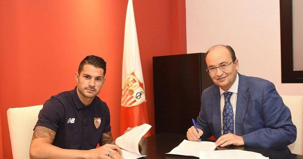 Foto: Vitolo, firmando su renovación en 2016 junto a José Castro. (Sevilla FC)