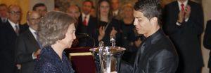Foto: Cristiano Ronaldo se esconde un chicle usado en el bolsillo ante la llegada de la Familia Real