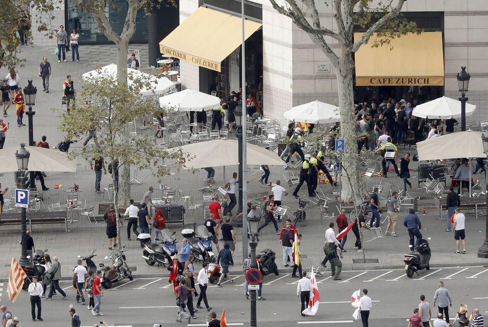 Foto: Trifulca entre grupos ultras en Barcelona. (A. D./EFE)