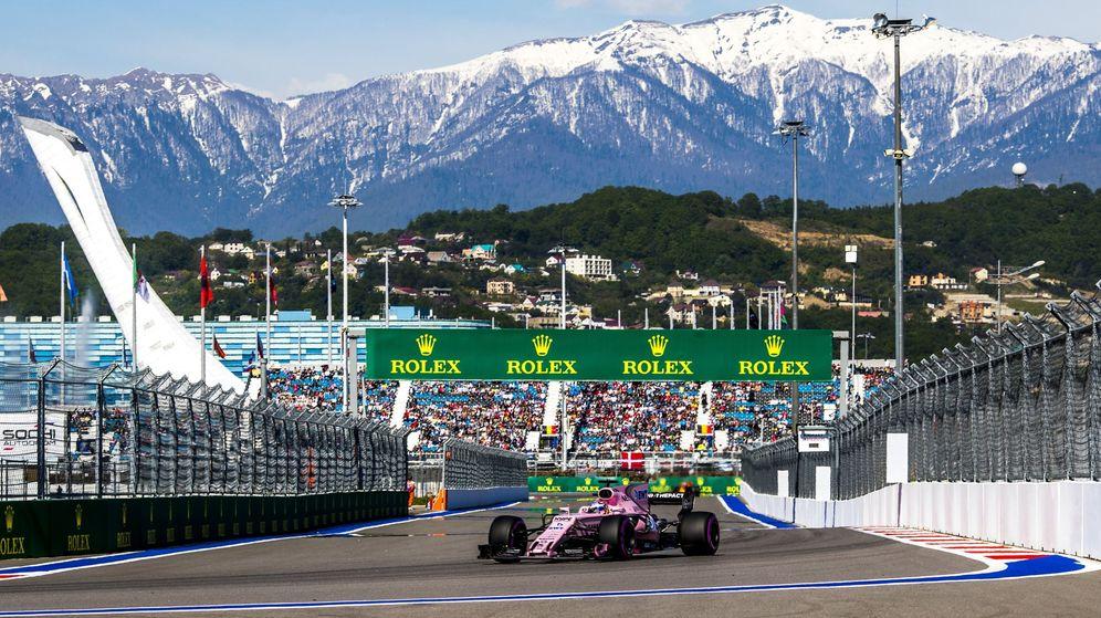 Foto: Checo Pérez trazando una de las curvas del autódromo de Sochi. (EFE)