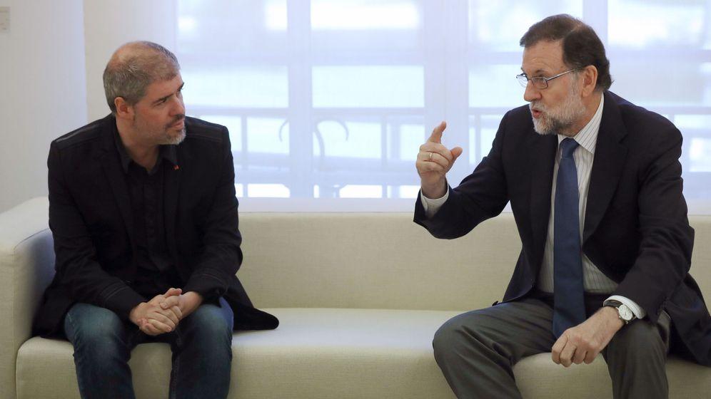Foto: El secretario general de CCOO, Unai Sordo, junto al presidente del Gobierno, Mariano Rajoy, en La Moncloa. (EFE)