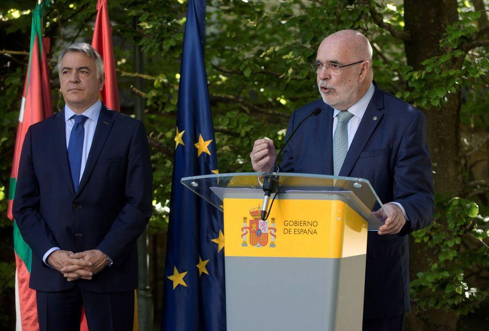 Foto: Jesús Loza durante su discurso de toma de posesión del cargo en presencia de Javier de Andrés. (EFE)