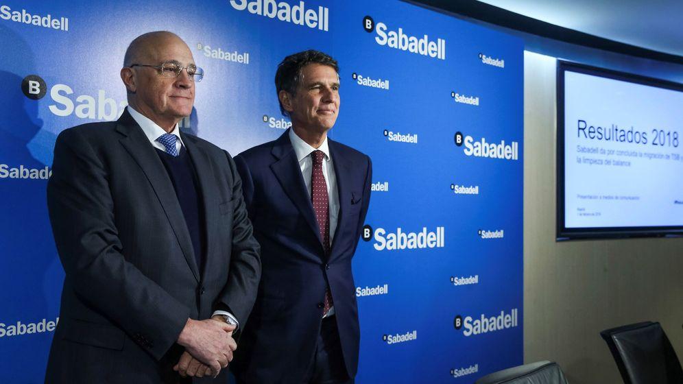 Foto: El presidente de Banco Sabadell, Josep Oliu (i), junto al consejero delegado, Jaime Guardiola. (EFE)