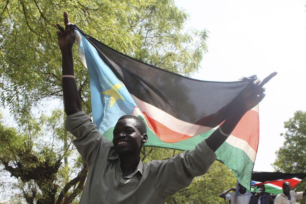 Un hombre sostiene una bandera de Sudán del Sur. (Reuters)