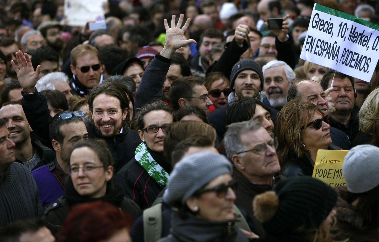 Foto: Pablo Iglesias, líder de Podemos, en un acto en Sol junto a un cartel sobre Grecia (Reuters)