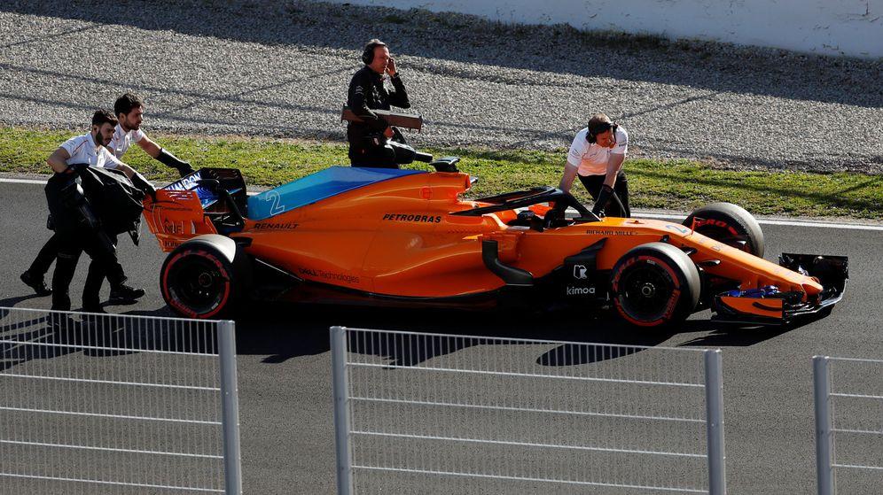 Foto: La imagen de este martes: los mecánicos de McLaren retiran su coche averiado. (REUTERS)