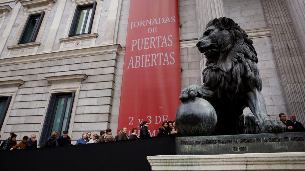 Foto: Cientos de personas hacen cola ante la puerta principal del Congreso de los Diputados durante la jornada de Puertas Abiertas. (EFE)