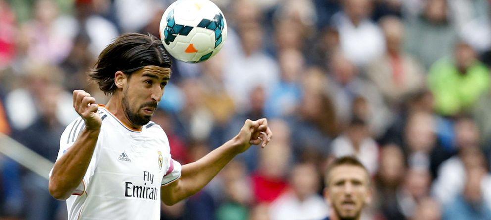 Foto: Sami Khedira cabecea el balón durante un partido de Liga (Efe).