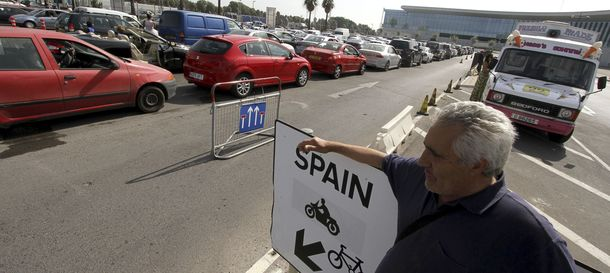 Foto: Atascos junto a la frontera entre España y Gibraltar.  (Efe)