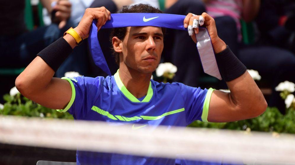 Foto: Nadal se coloca la badana en el partido contra Bautista. (EFE)