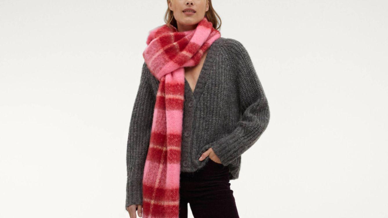 Gris, oversize y asequible: así es la chaqueta de punto básica de Parfois