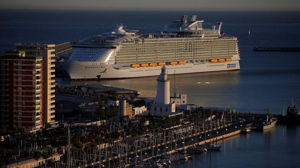Foto: El Symphony of the Seas, durante su presentación en el puerto de Málaga. (Reuters/Jon Nazca)