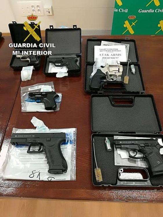 Imagen del material incautado tras detener al mayor traficante de armas cortas de la 'Dark Net'. (Guardia Civil)