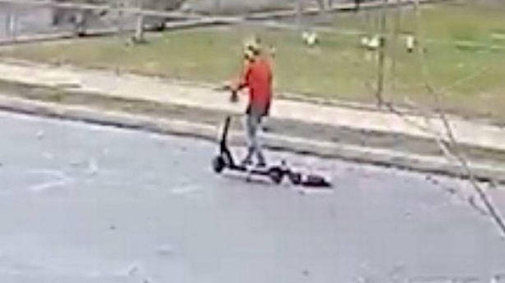 Foto: La mujer, arrastrando al cachorro con el patinete eléctrico (Foto: YouTube)