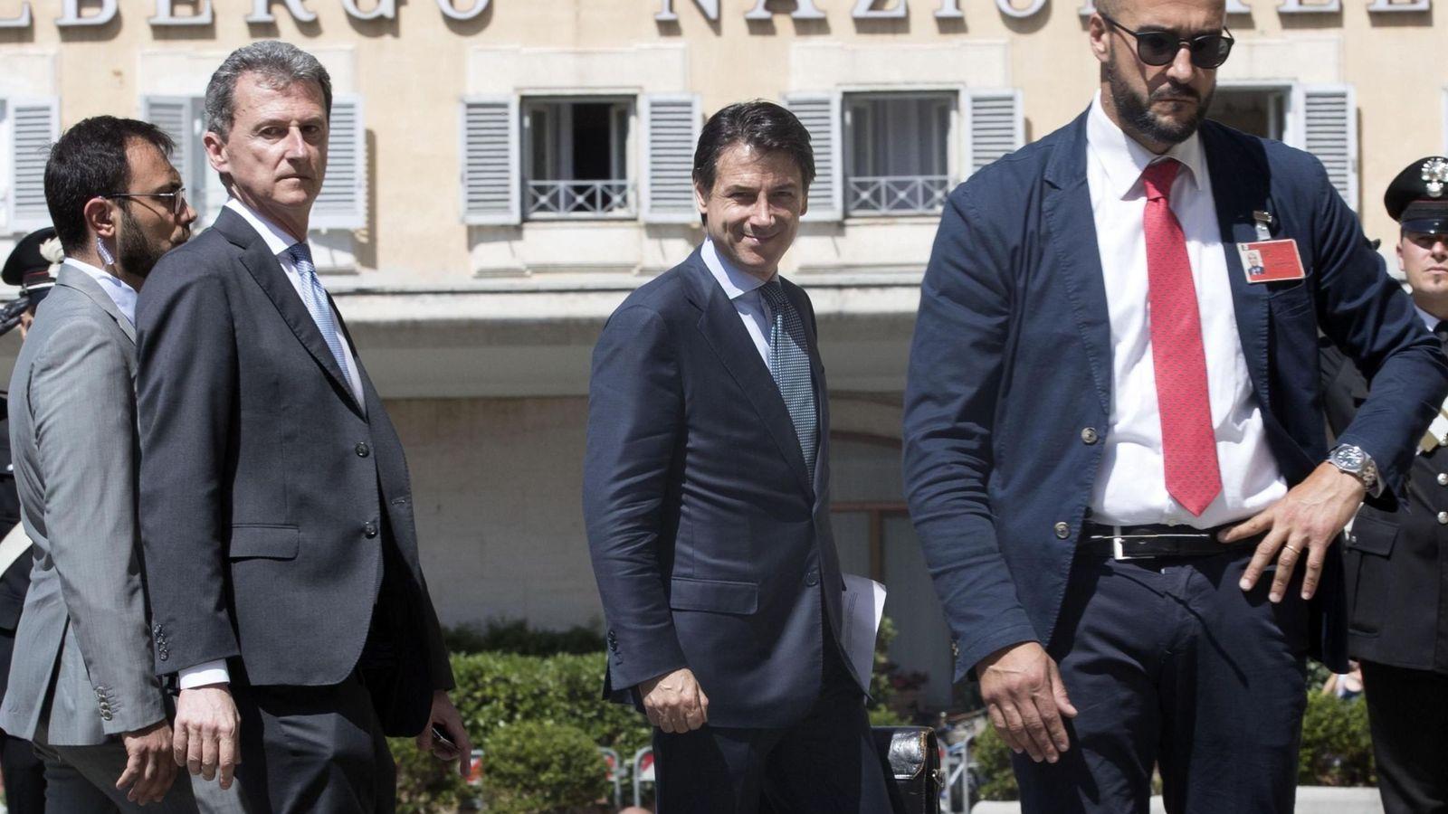 Foto: El designado primer ministro italiano Giuseppe Conte (c) sonríe mientras se dirige a mantener una reunión con el presidente del Parlamento, Roberto Fico, en Roma. (EFE)