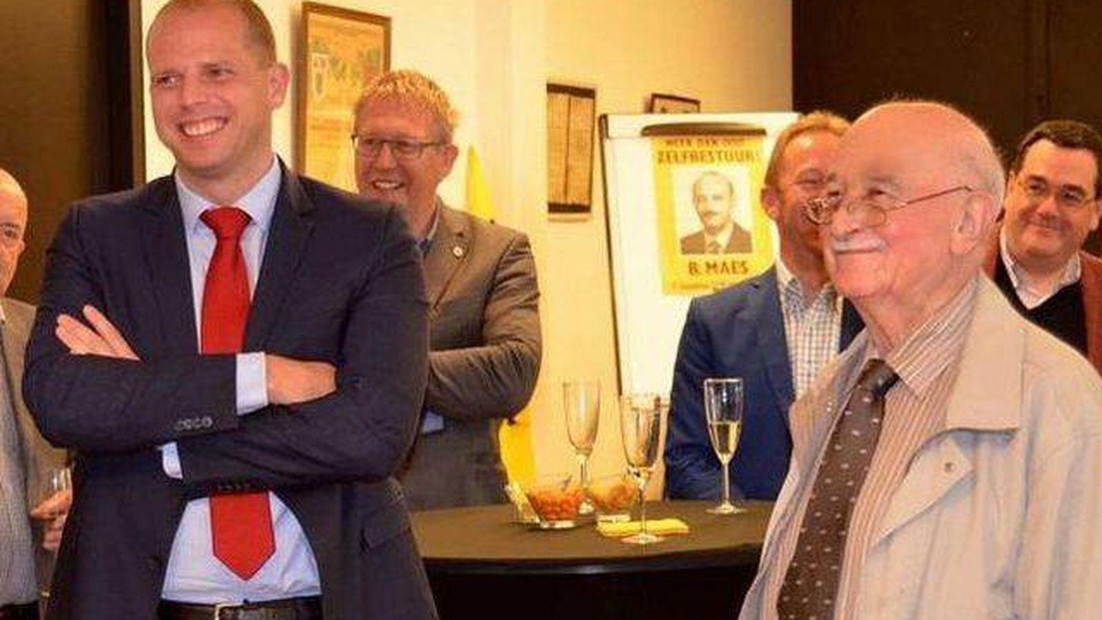 Foto: Fiesta de cumpleaños de Bob Maes (d) en Zavetem a la que acudió el secretario de Estado Theo Francken (I). (Prensa belga)