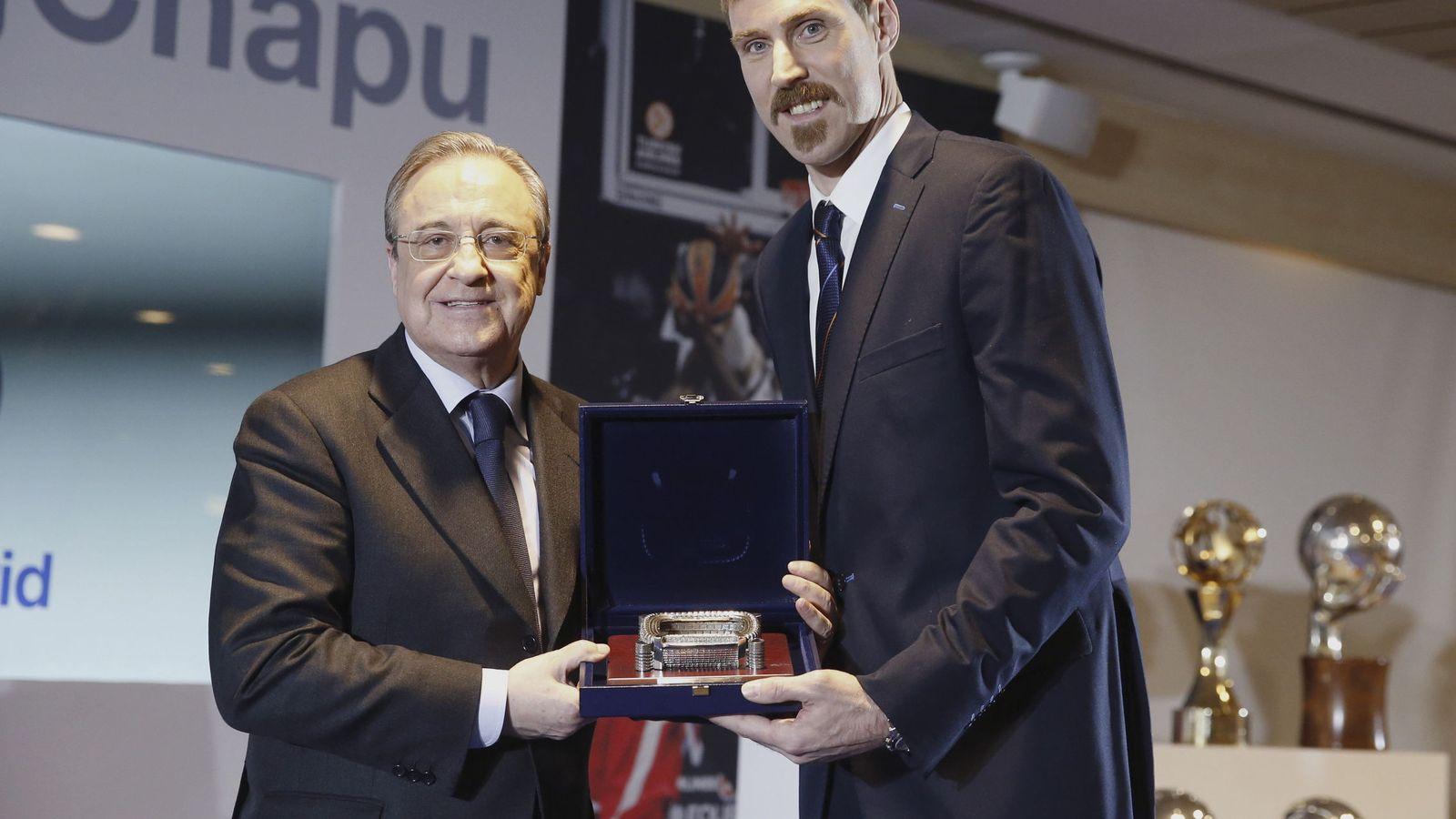 Foto: Florentino Pérez le entregó un obsequio a Andrés Nocioni en el homenaje que el club le rindió al jugador argentino este martes. (EFE)