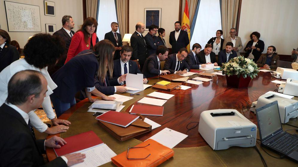 Foto: Oriol Junqueras (3d), de ERC, y Jordi Sànchez (4i) y Josep Rull (5d) de JxCat, tramitan sus actas parlamentarias en el Congreso. (EFE)