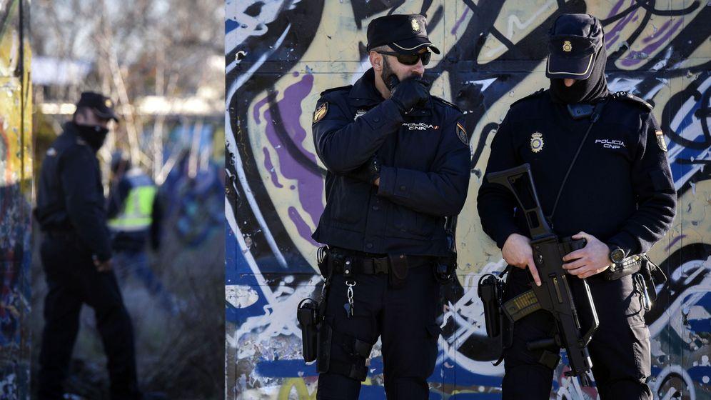 Foto: Foto de archivo de agentes de la Policía Nacional en Vallecas. (EFE)
